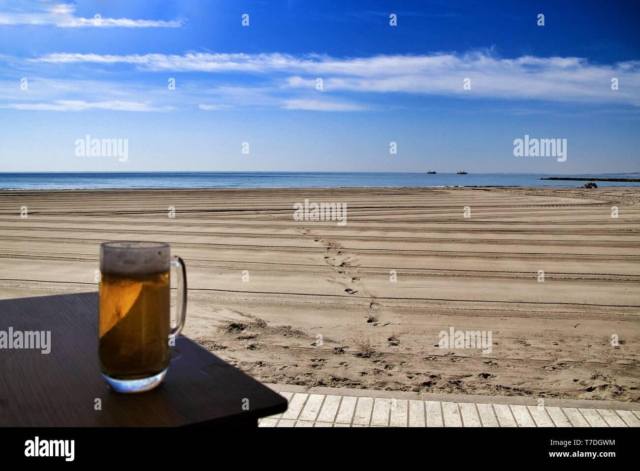Cerveza Fría En La Terraza De Un Bar En La Playa De Santa
