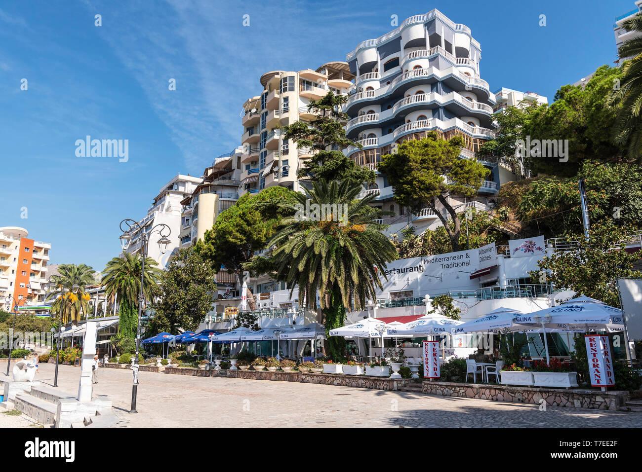 Restaurantes, paseo, Saranda, Albania Foto de stock
