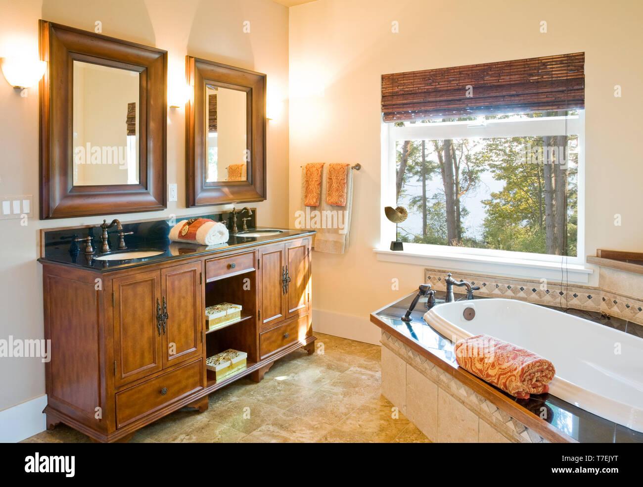 Cuarto de baño de lujo con armarios de madera, suelo de ...