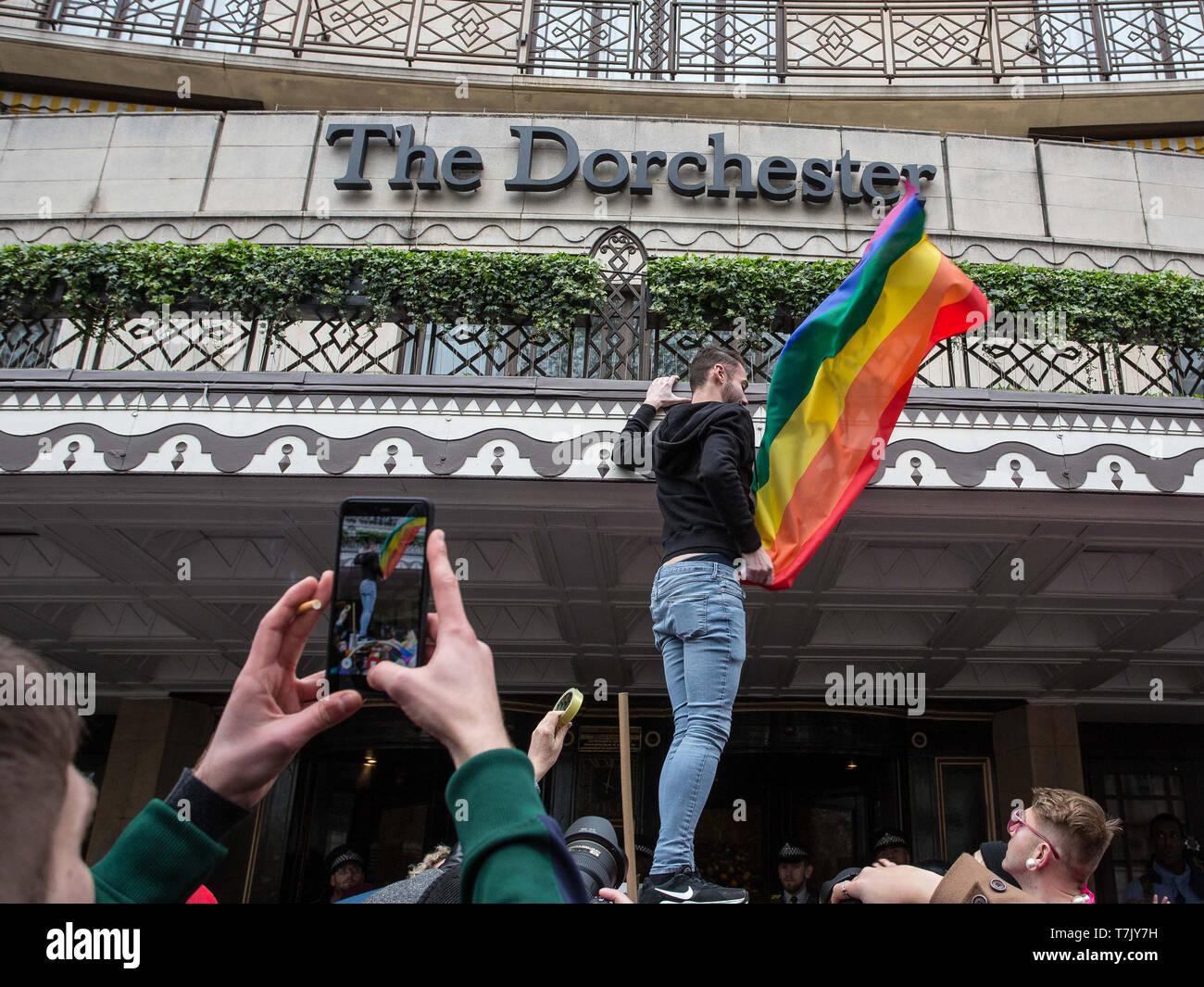 Los derechos de los homosexuales, los manifestantes que protestaban contra las leyes anti-gay en Brunei, sitiar a la entrada de la Dorchester Hotel London ofrece: Atmósfera, ver dónde: Londres, Reino Unido cuando: 06 Abr 2019 Crédito: Wheatley/WENN Foto de stock