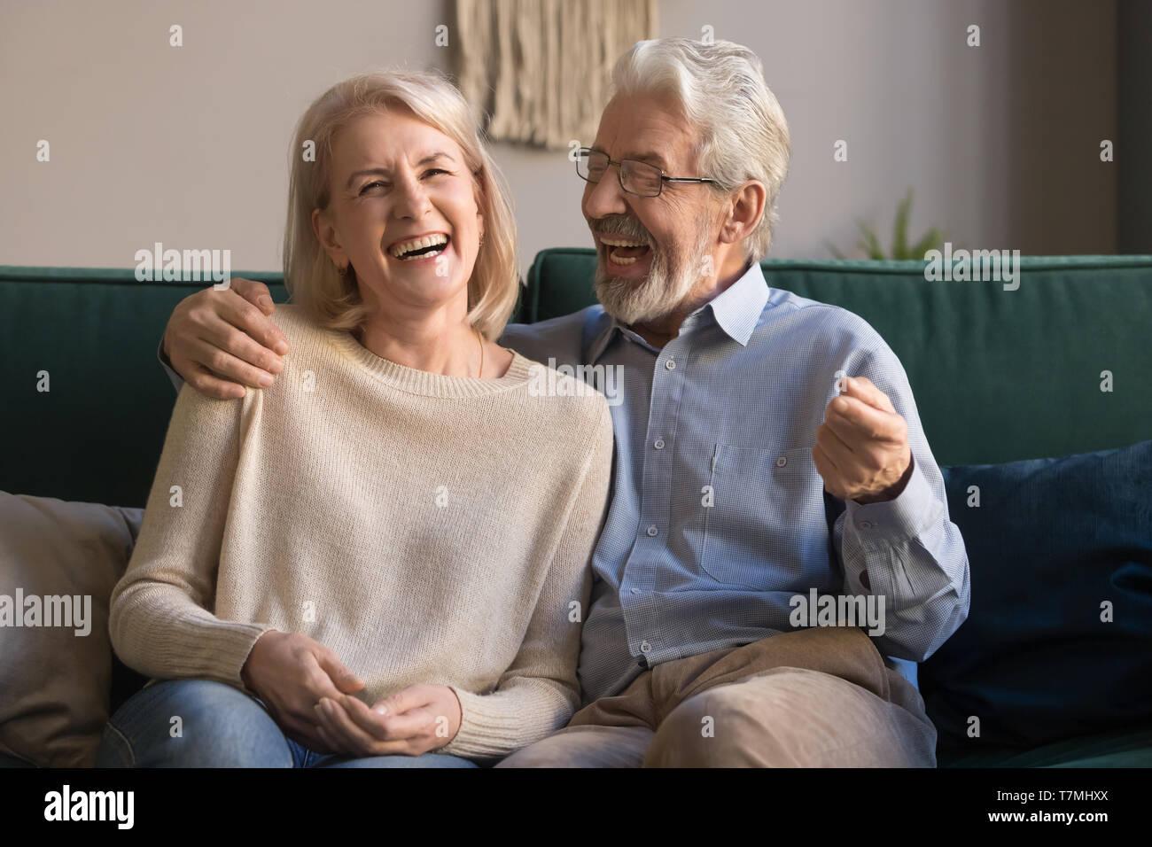 Retrato de mediana edad riendo el hombre y la mujer en el hogar Foto de stock