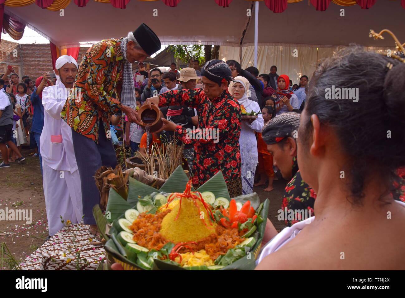"""""""Bojong Banyu', poblado indonesio tradiciones bienvenido al mes de ayuno, enjuagar con agua proveniente de una aldea manantial que nunca se seca Foto de stock"""