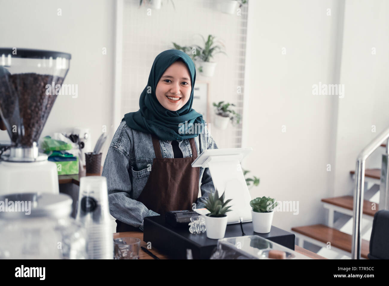 Camarero musulmán en cafe counter Foto de stock