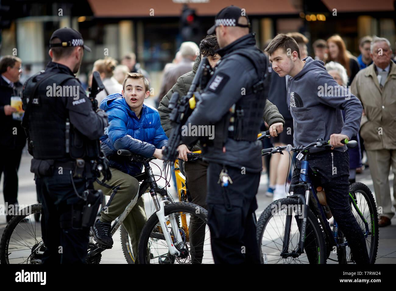 Newcastle upon Tyne, policías armados en el centro de la ciudad, charlar con los chicos de biles Foto de stock