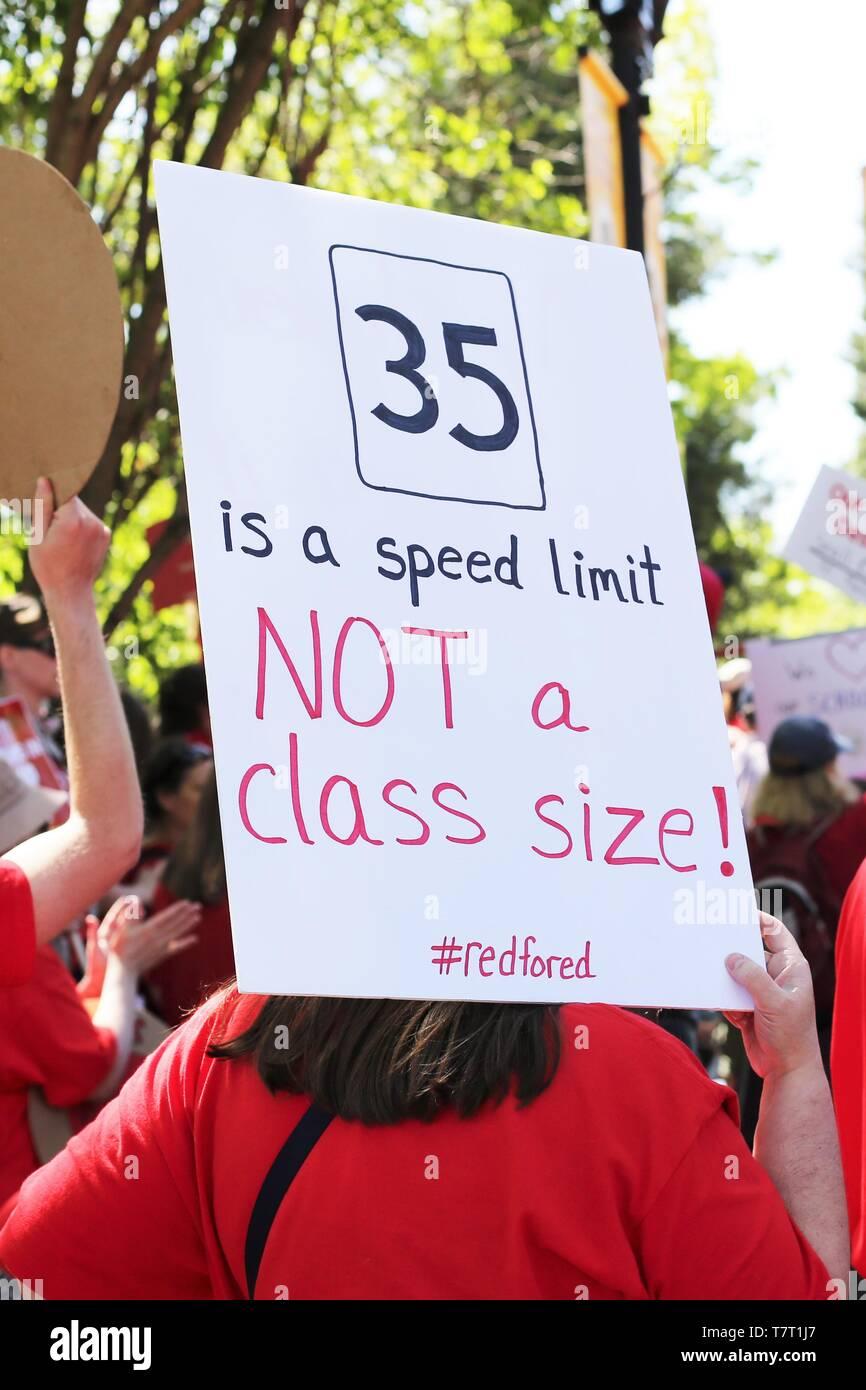 Los educadores y simpatizantes se reúnen para un rallye durante un profesor Walkout en Eugene, Oregon, USA. Foto de stock