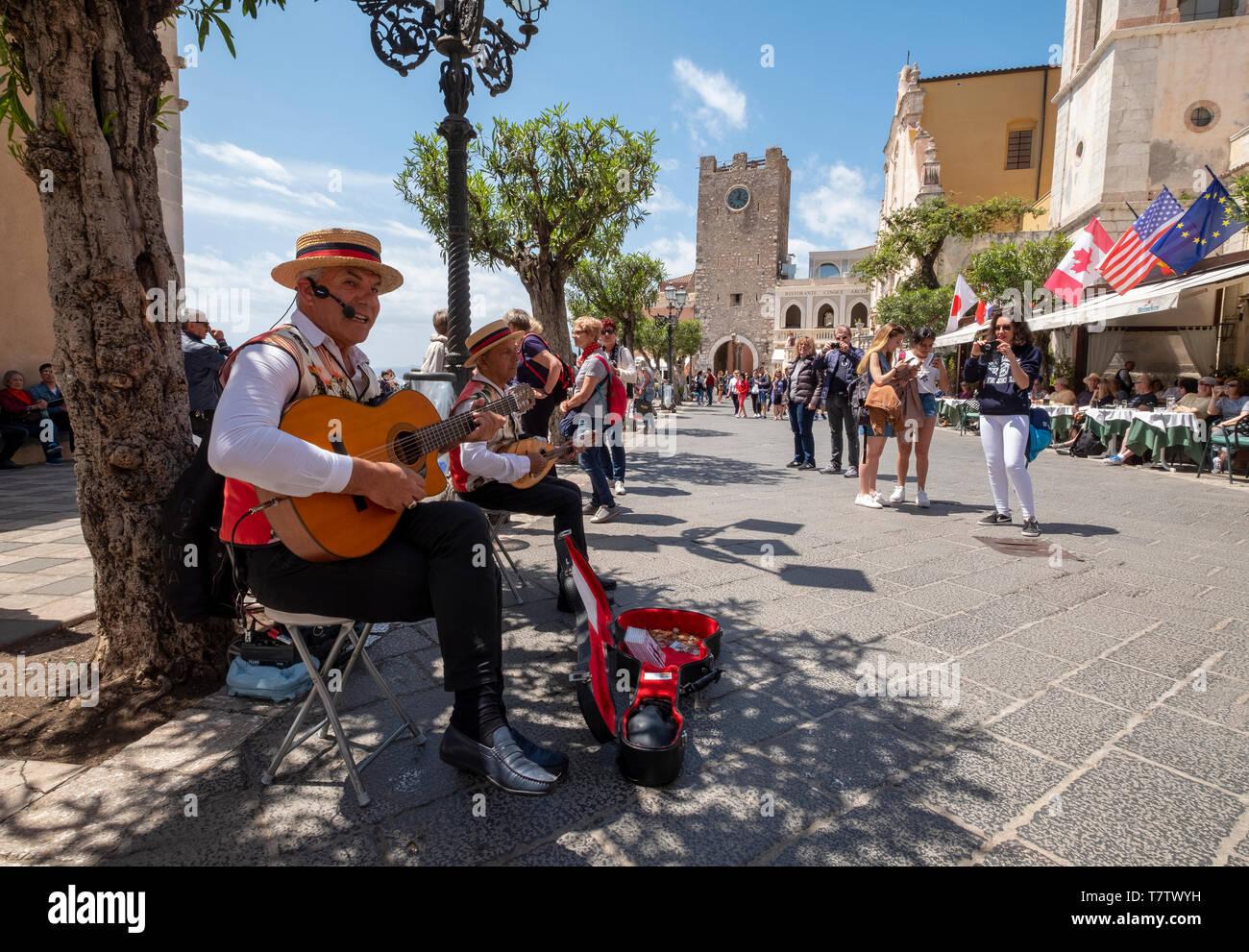 Músicos callejeros que actúan sobre el Corsa Umberto, Taormina, Sicilia. Imagen De Stock