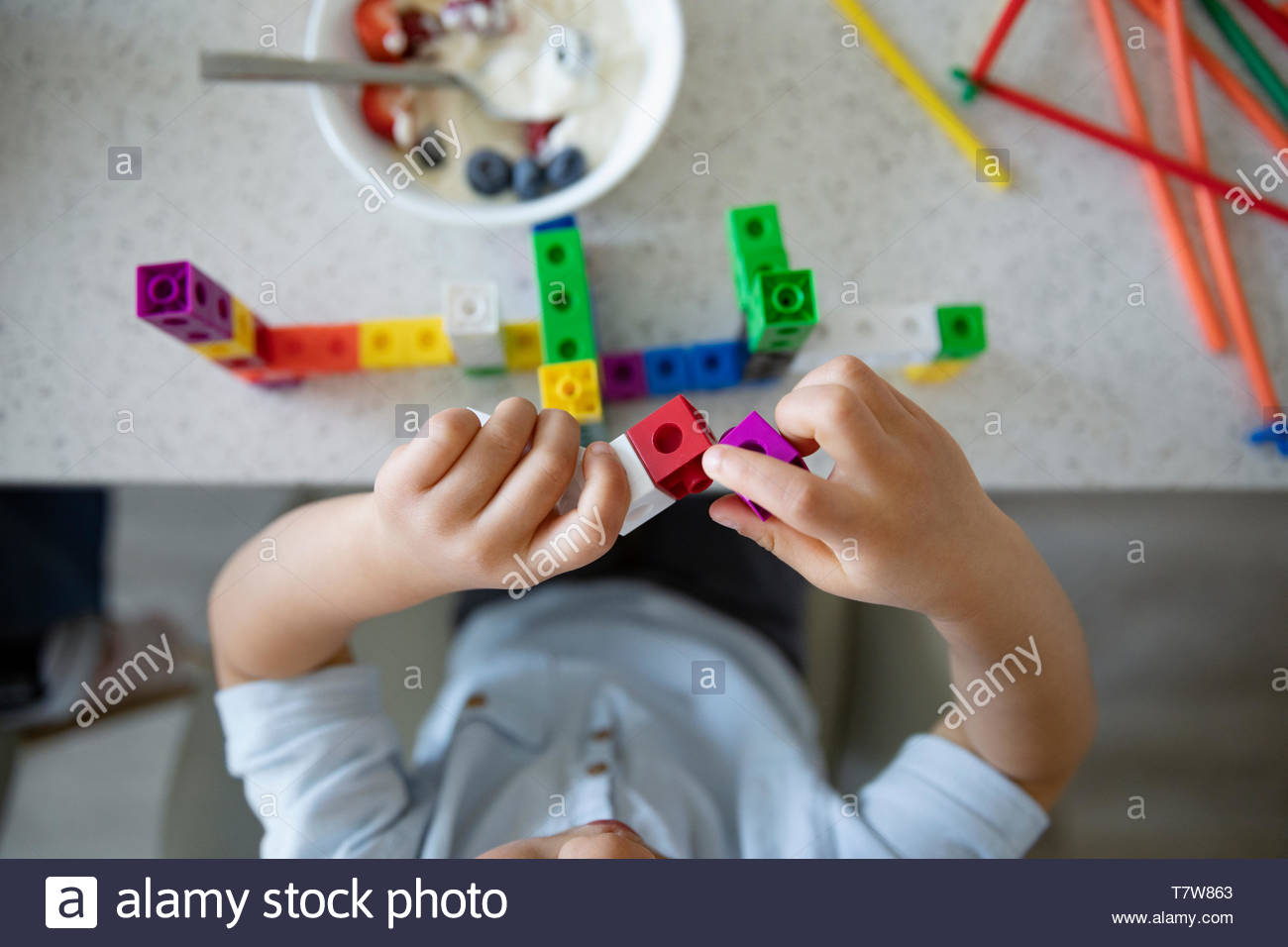 Vista desde arriba niño jugando con bloques de plástico Imagen De Stock