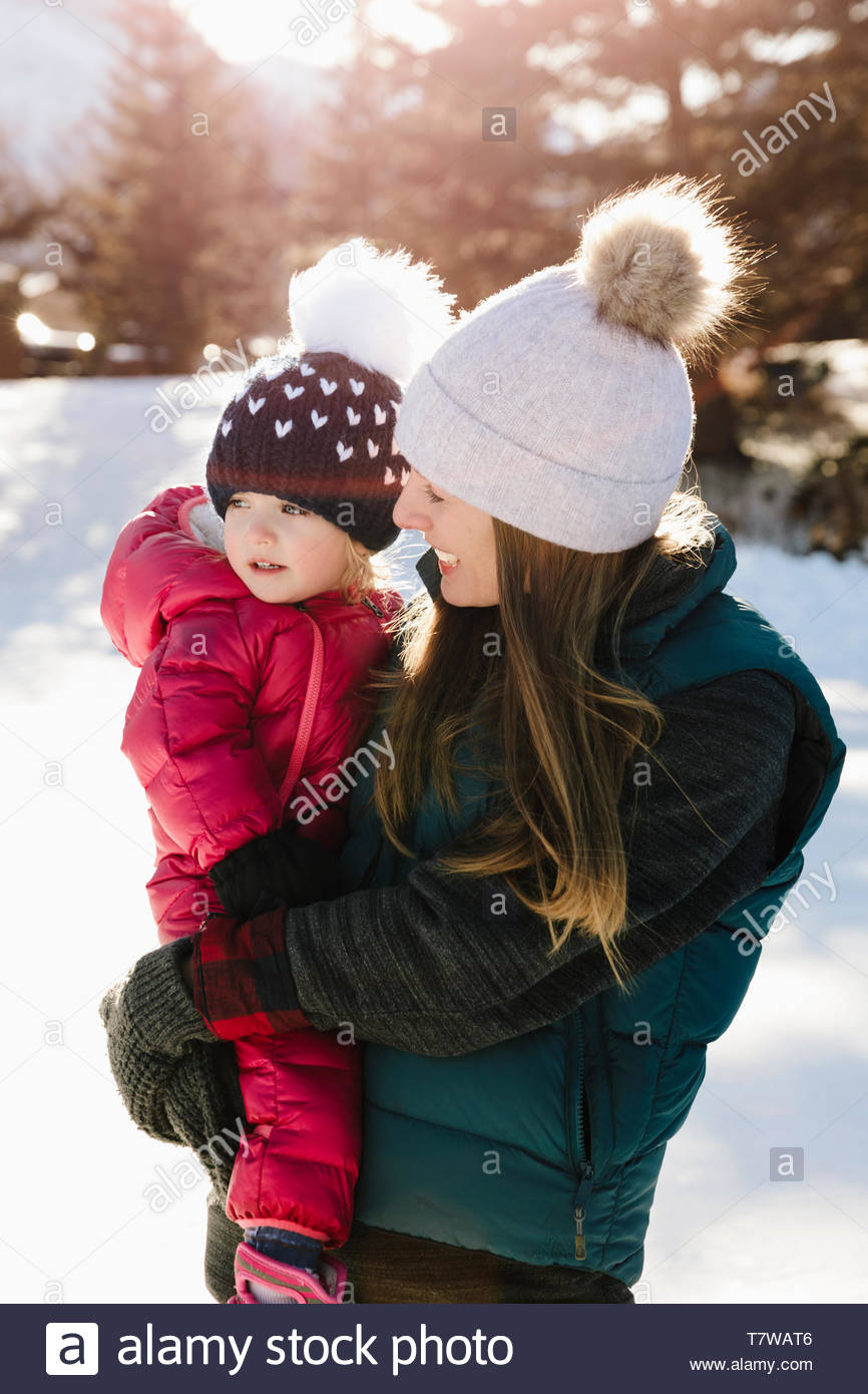 Hija de madre y niño en ropa de invierno Foto de stock