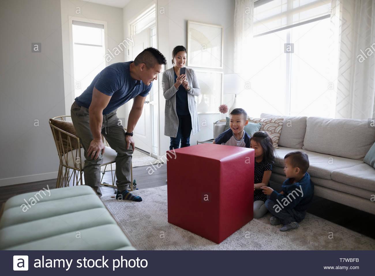 Padre de niños con gran regalo sorprendente Imagen De Stock