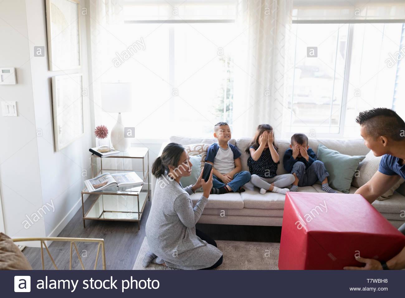 Los padres de niños con regalo sorprendente en el salón Imagen De Stock