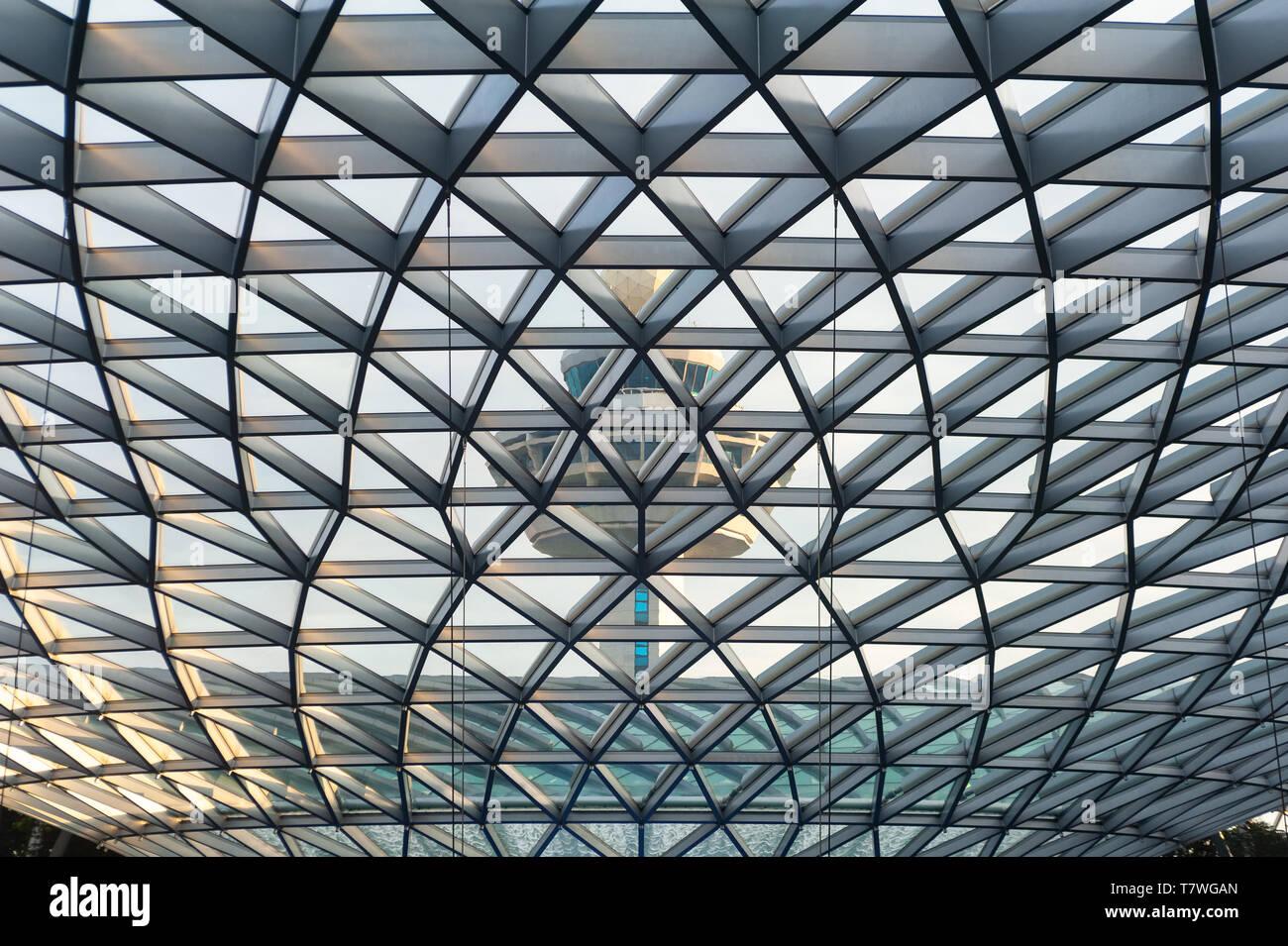 28.04.2019, Singapur, República de Singapur, Asia - Vista de la Torre de Control del Aeropuerto de Changi desde el interior de la nueva joya de terminal. Foto de stock