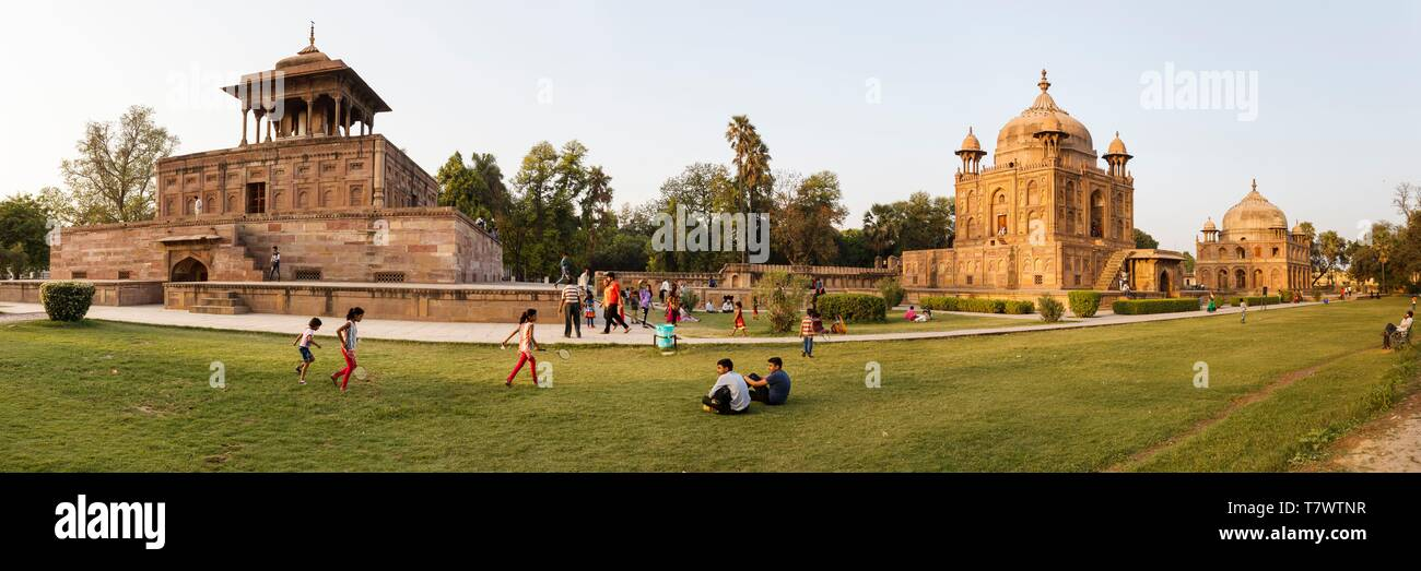 La India, Uttar Pradesh, Allahabad, Khusru Bagh en el jardín de Mughal Shah, Begum, Nisar Begum y mausoleos Khusru al atardecer Foto de stock