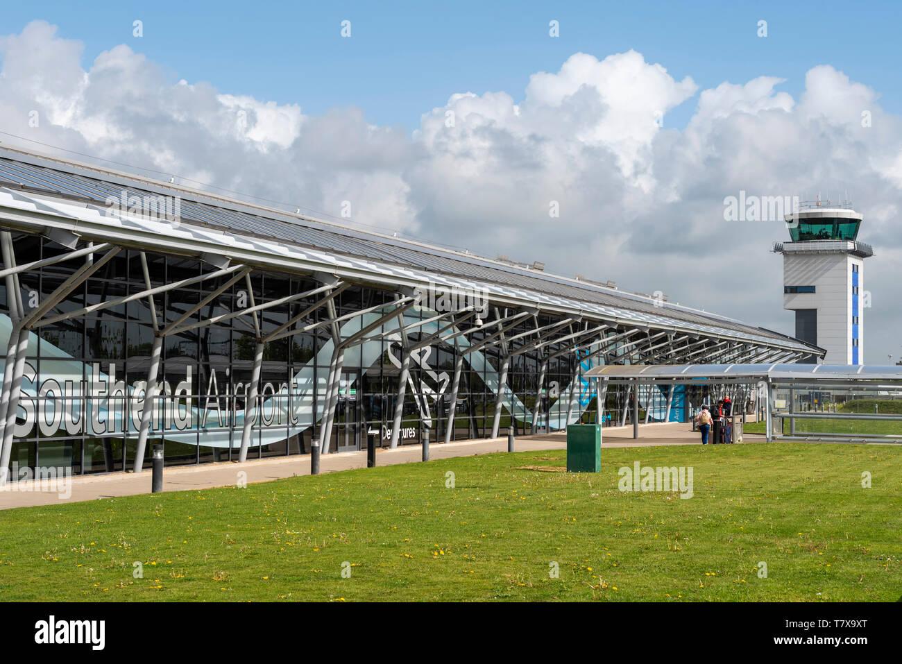 Londres Southend Aeropuerto edificio terminal y torre de control del tráfico aéreo, Southend on sea, Essex, Reino Unido. Espacio para copiar Foto de stock