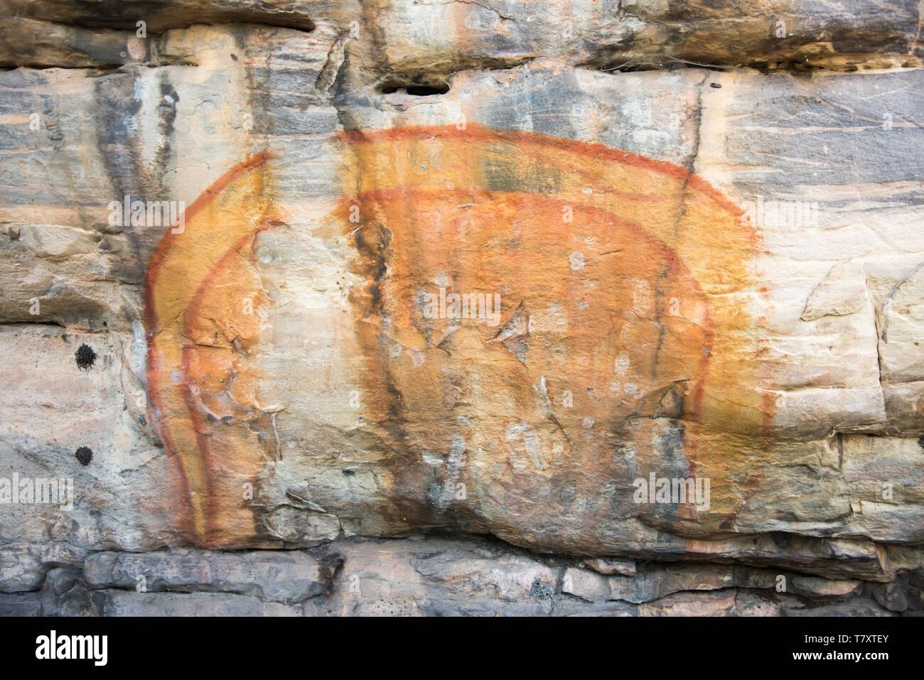 El antiguo arte rupestre en los refugios de piedra natural en el Parque Nacional Kakadu, en el Territorio Norte de Australia Imagen De Stock