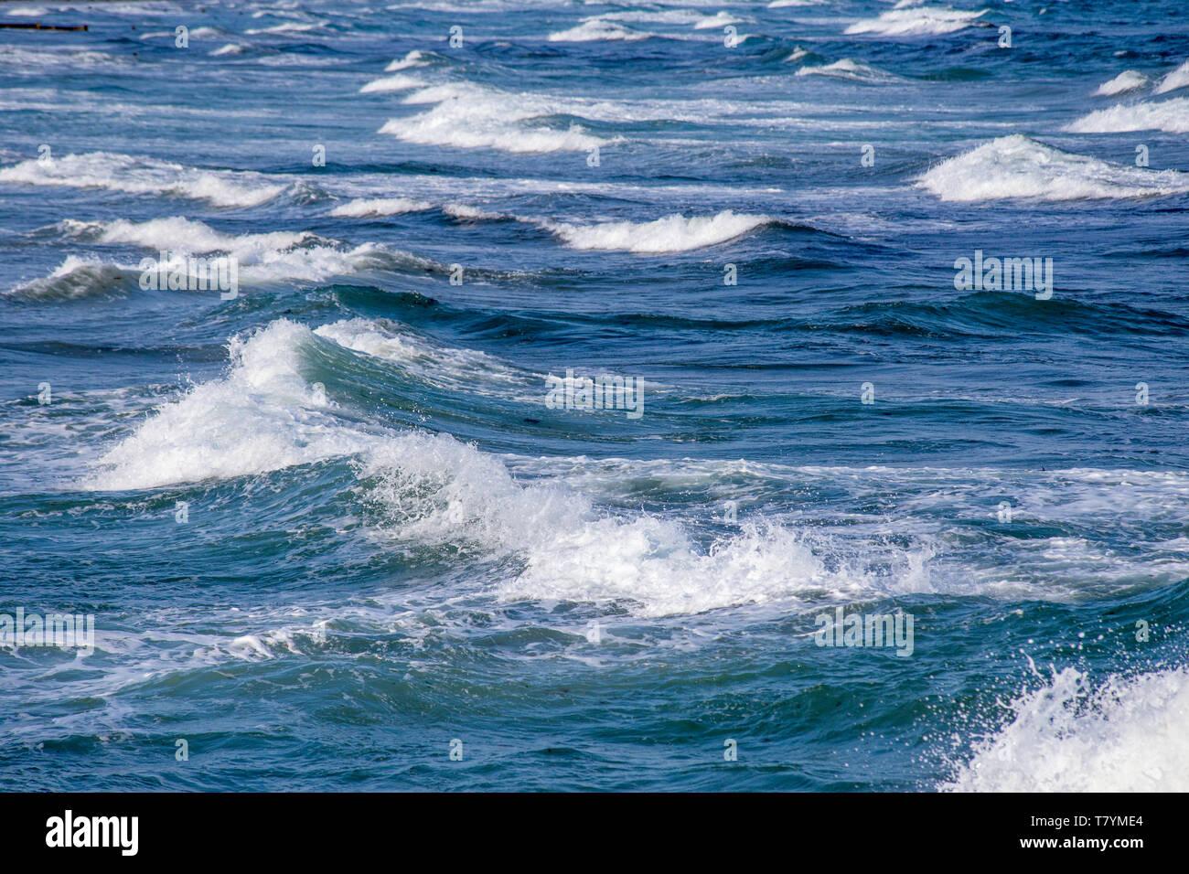 Olas rompiendo en la playa Imagen De Stock