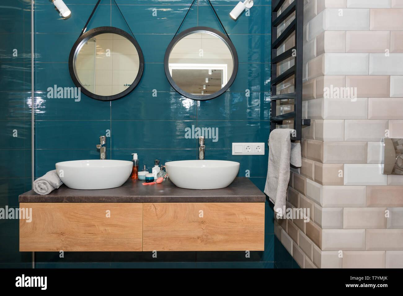 Espejos Redondos Lavabo.Bano Moderno Interior Con Un Estante De Madera Dos Lavabos