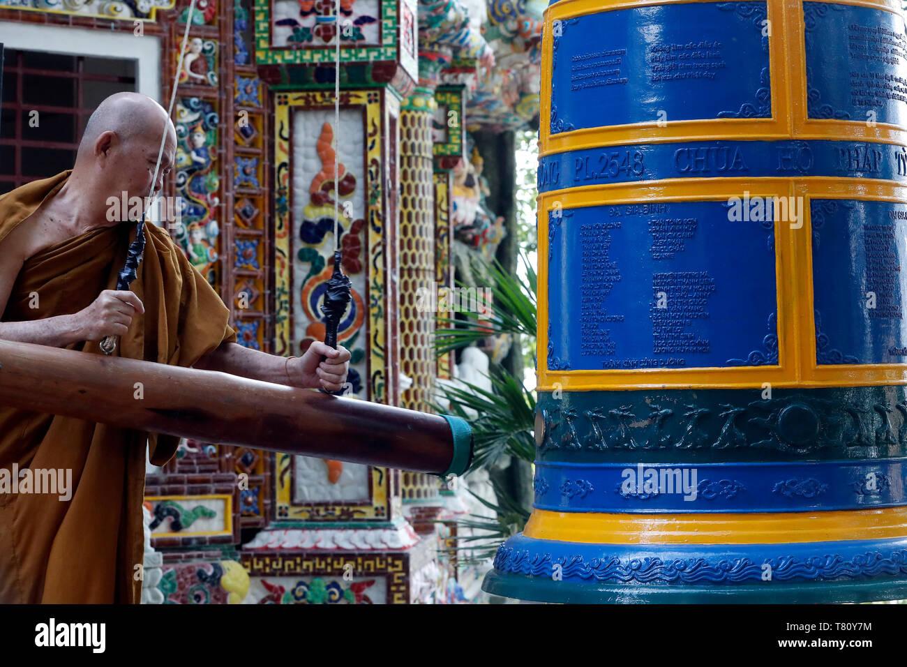 Ho Phap templo budista, monje en el monasterio, campana sonando Vung Tau, Vietnam, Indochina, en el sudeste de Asia, Asia Foto de stock