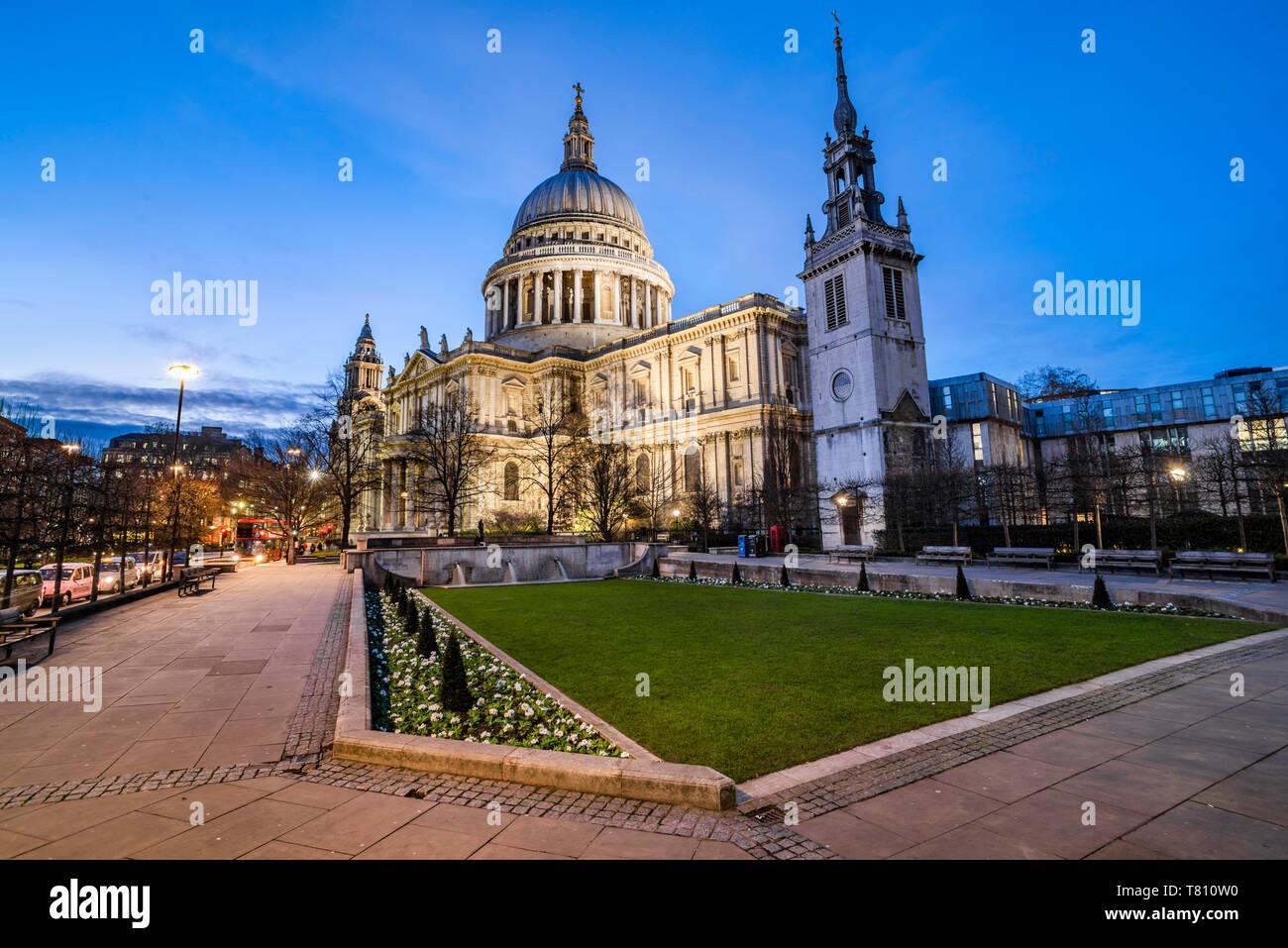 Catedral de San Pablo en la noche, la ciudad de Londres, Inglaterra, Reino Unido, Europa Foto de stock