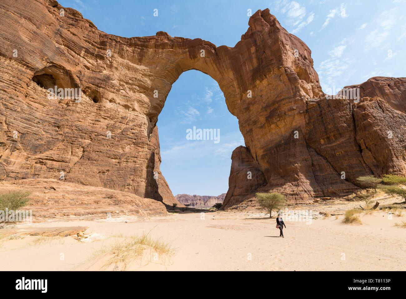 Tercer arco de roca más grande en el mundo, la Meseta de Ennedi, Sitio del Patrimonio Mundial de la UNESCO, la región de Ennedi, Chad, África Foto de stock