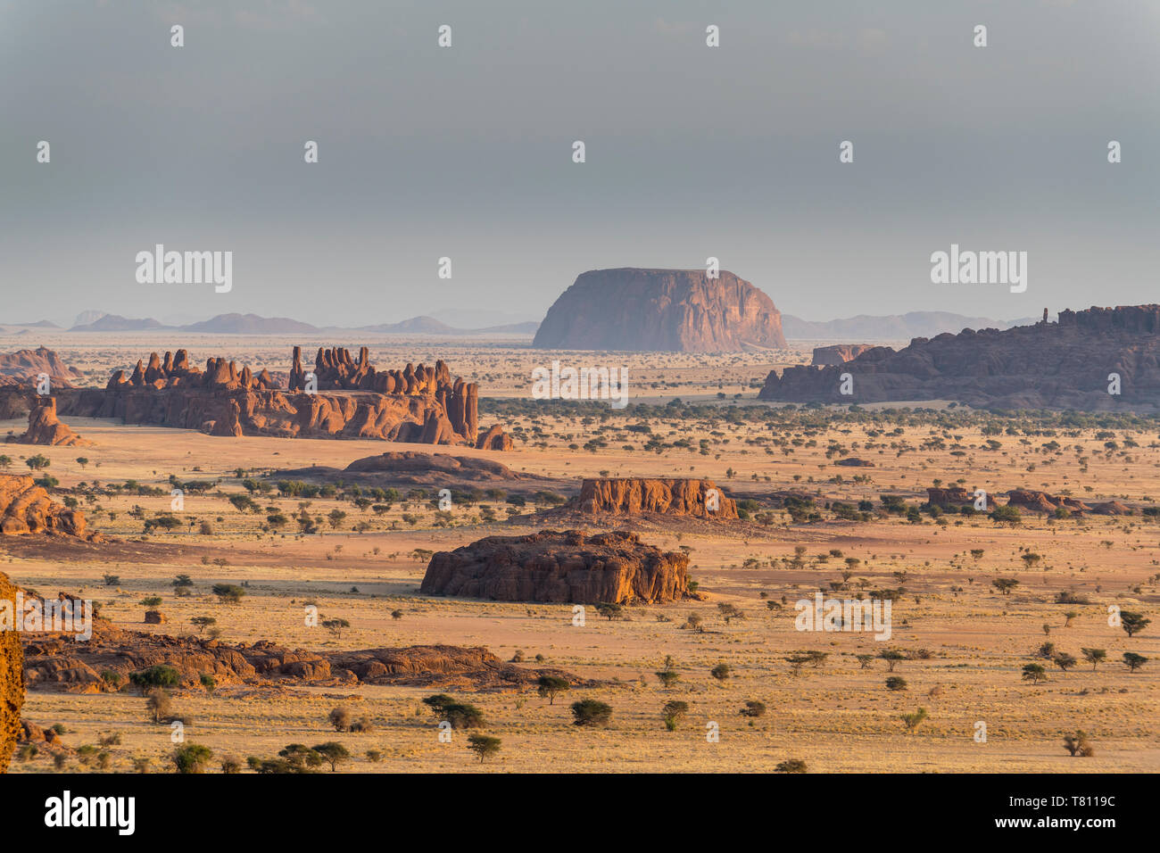 Vistas al precioso paisaje de la Meseta de Ennedi, Sitio del Patrimonio Mundial de la UNESCO, la región de Ennedi, Chad, África Foto de stock