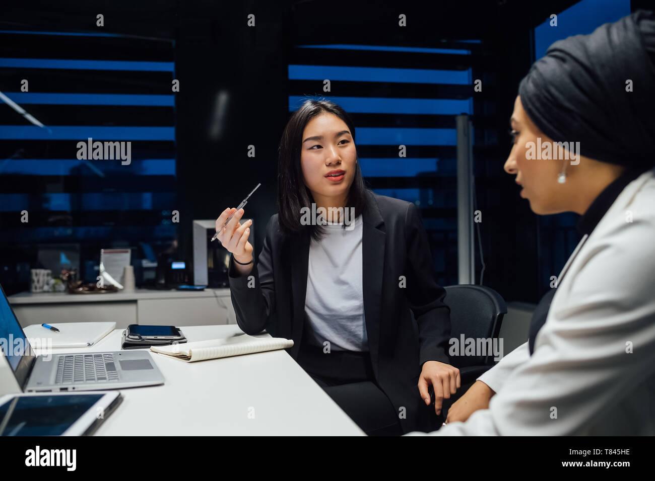 La empresaria tiene el debate durante la reunión de mesa de conferencia Foto de stock