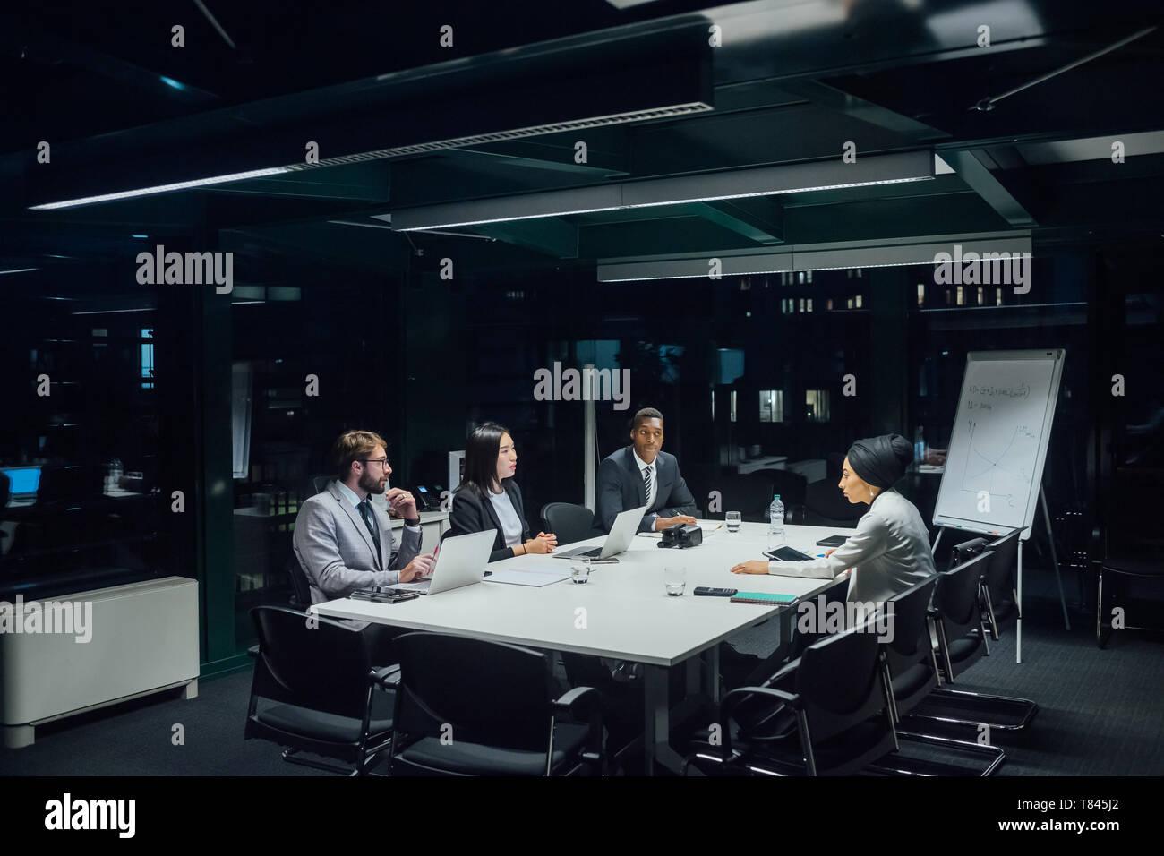 Hombres y mujeres de negocios que la discusión en la reunión de mesa de conferencia Foto de stock