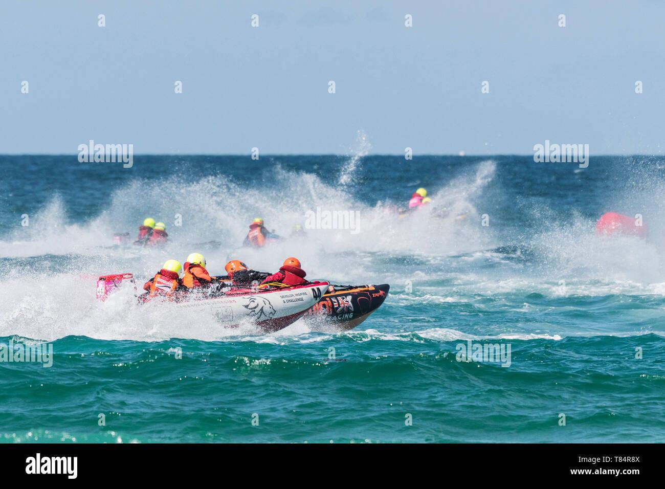 Newquay, Cornwall, Reino Unido. El 11 de mayo, 2019. ThunderCat Racing UK ha regresado a la mundialmente famosa playa Fistral en Newquay para las rondas 1&2 de la ThunderCat 2019 campeonatos de carreras. Acción espectacular como la carrera de botes inflables de 4m y alimentación a través del surf. Gordon Scammell/Alamy Live News Foto de stock