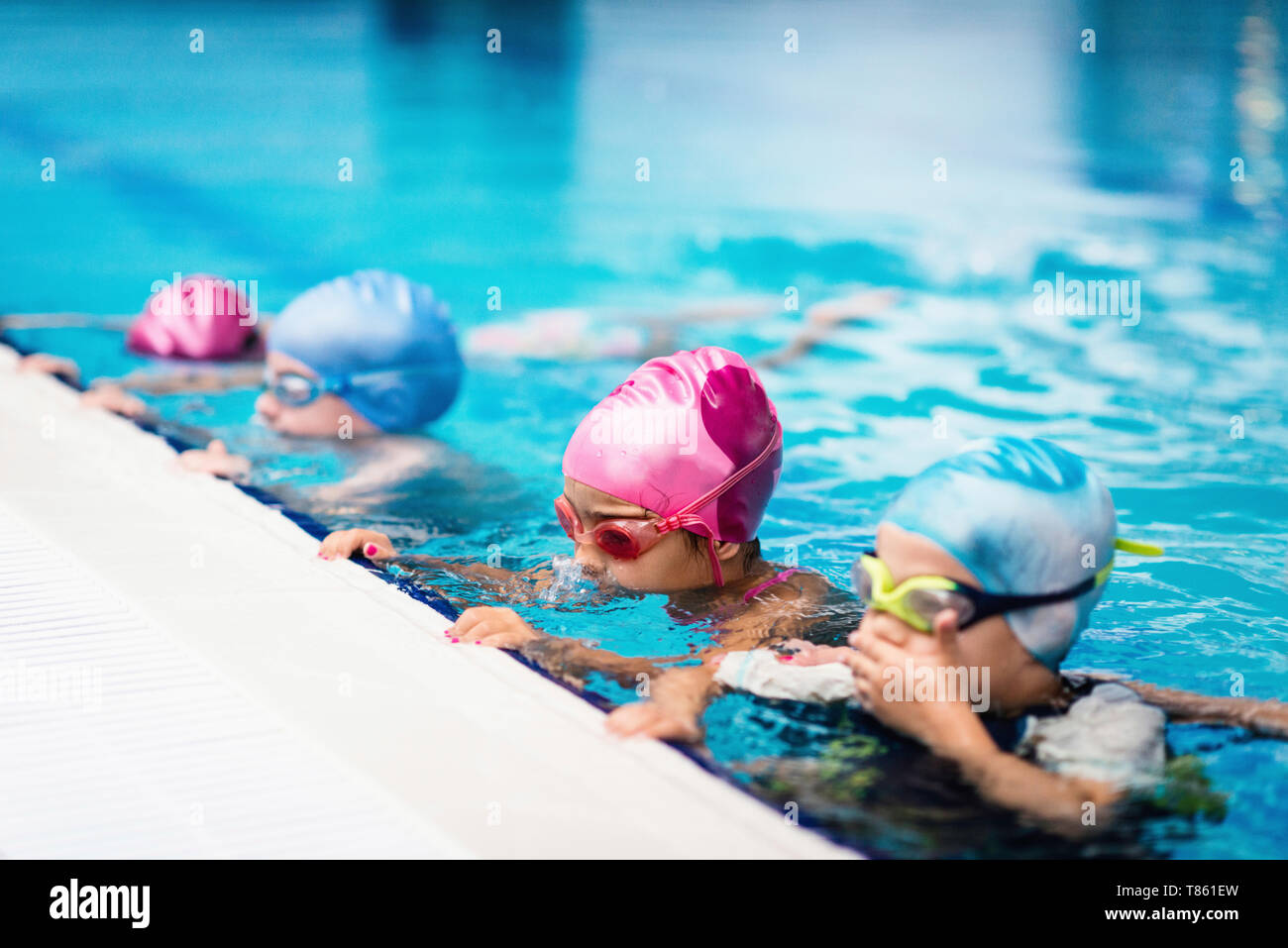 Niños al borde de la piscina Foto de stock