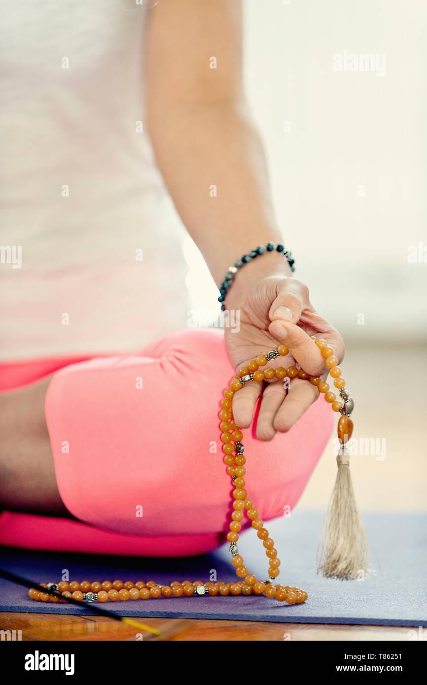 Meditar con el rosario Imagen De Stock