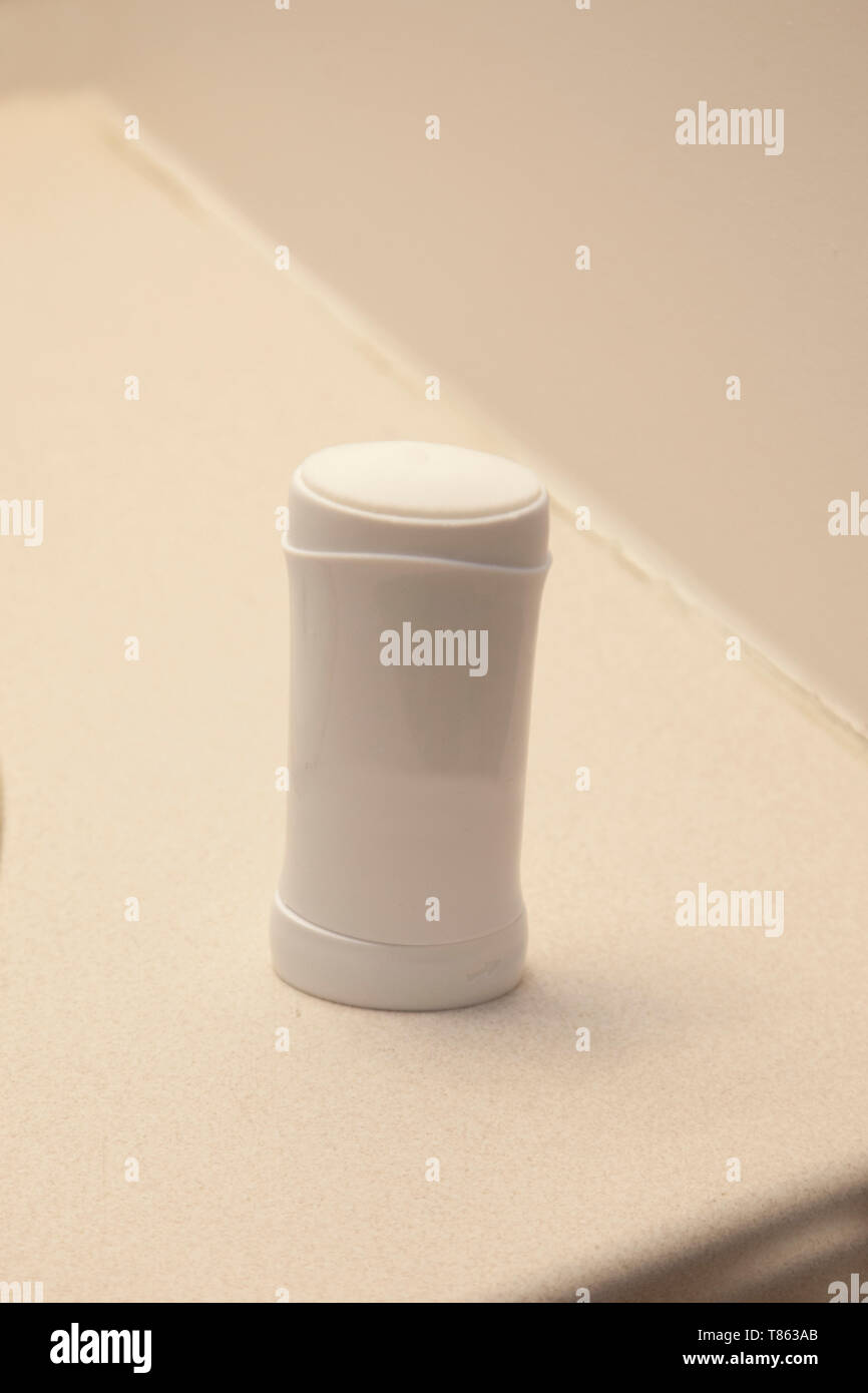 Un palo blanco de deoderant antitranspirante o sobre el lavabo del baño en casa Imagen De Stock