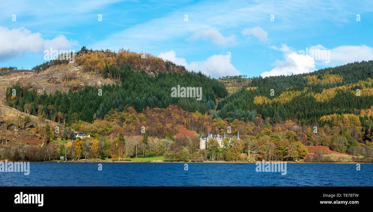 Vistas panorámicas de Loch Achray con el Tigh Mor Hotel a la orilla del bosque Achray duro en los Trossachs, Scotland, Reino Unido Imagen De Stock