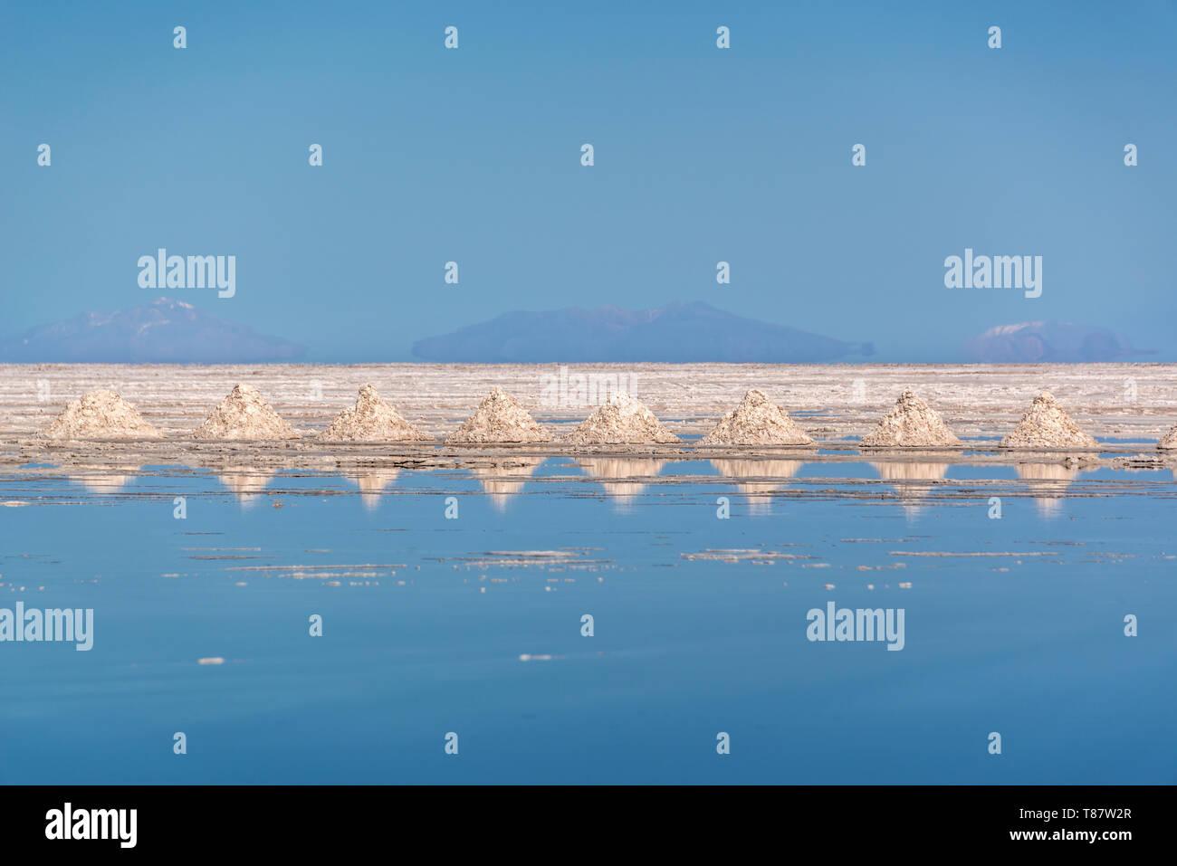 Los montones de sal, alineados en el Salar de Uyuni (salar de Uyuni, Potosí, Bolivia Imagen De Stock