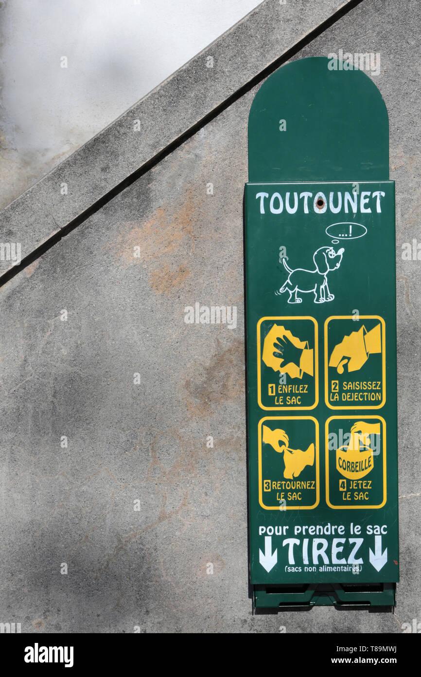 """Distributeur de sacs pour les déjections caninos. """"Toutounet'. Imagen De Stock"""