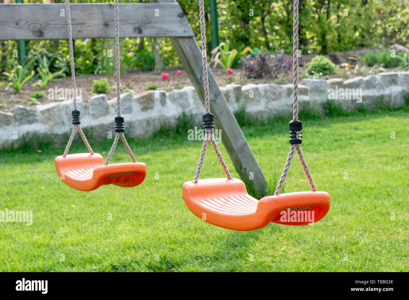 Orange columpios en el jardín, patio de juegos para niños ...