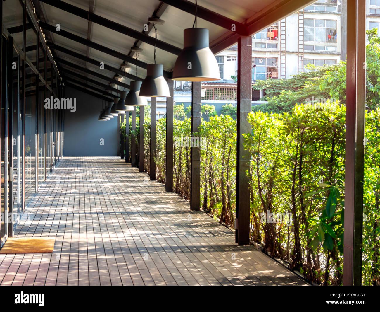 Piso De Madera Espacio De Terraza Con Techo Luz Bajo El