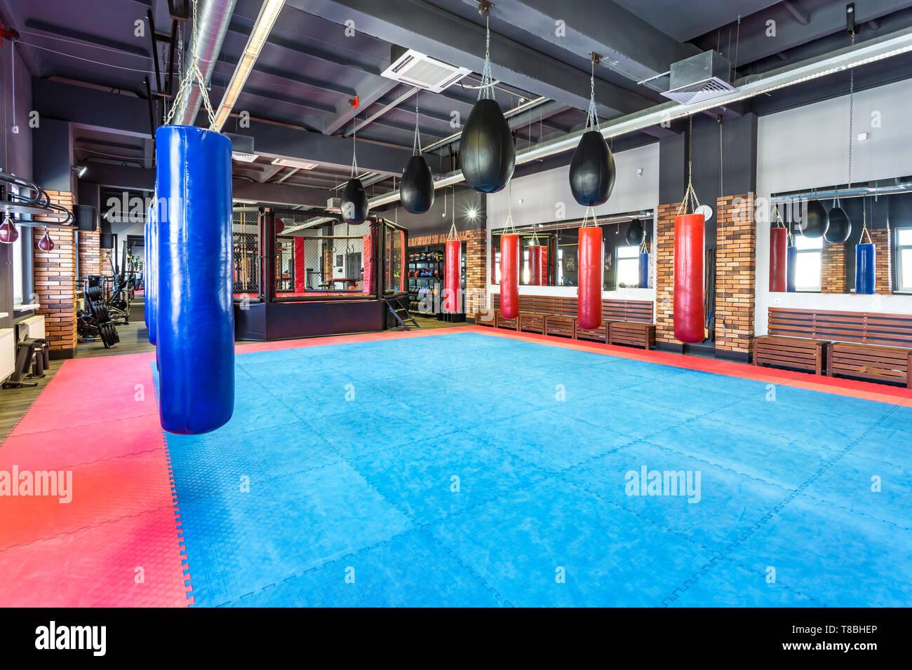 GRODNO, BIELORRUSIA - Abril 2019: Salón de artes marciales con los combates de anillo y saco de arena en el club de la lucha moderna Imagen De Stock