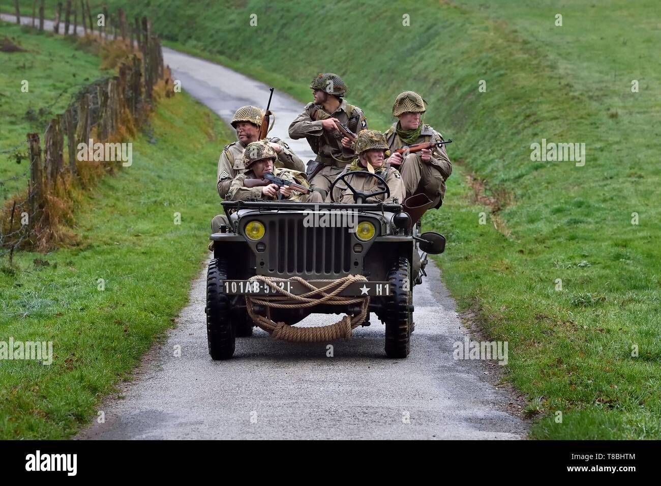 Francia, Eure, Sainte Colombe prÚs Vernon, aliada de la reconstitución Group (EE.UU. Guerra Mundial 2 y francés Maquis reconstrucción histórica Association), recreadores en uniforme de la 101ª División Aerotransportada estadounidense avanza en un jeep Willys Foto de stock