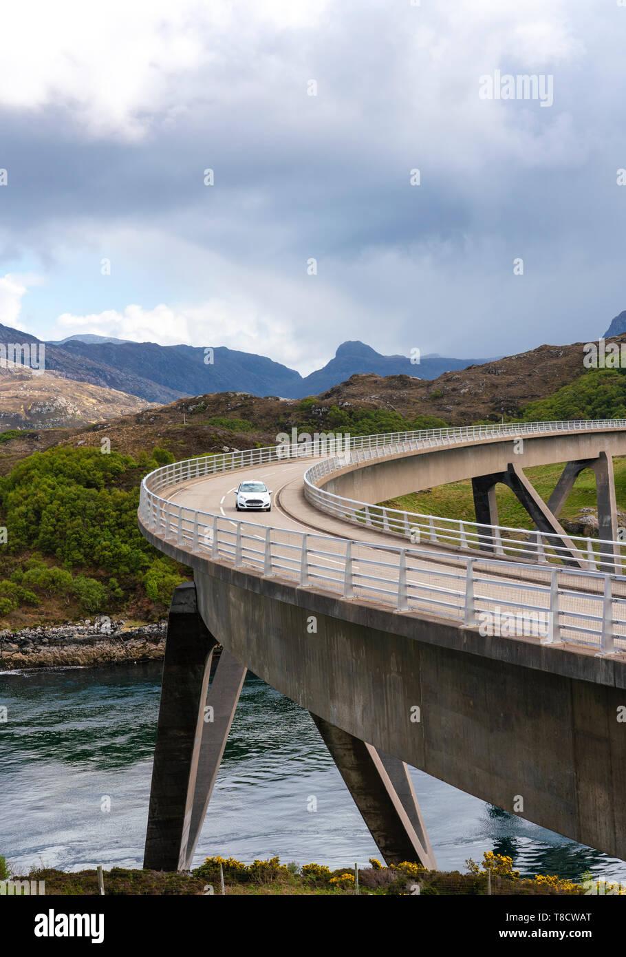 Puente Kylesku en la costa norte 500 pintoresca ruta de conducción en Sutherland, Highland, en el norte de Escocia, Reino Unido Foto de stock