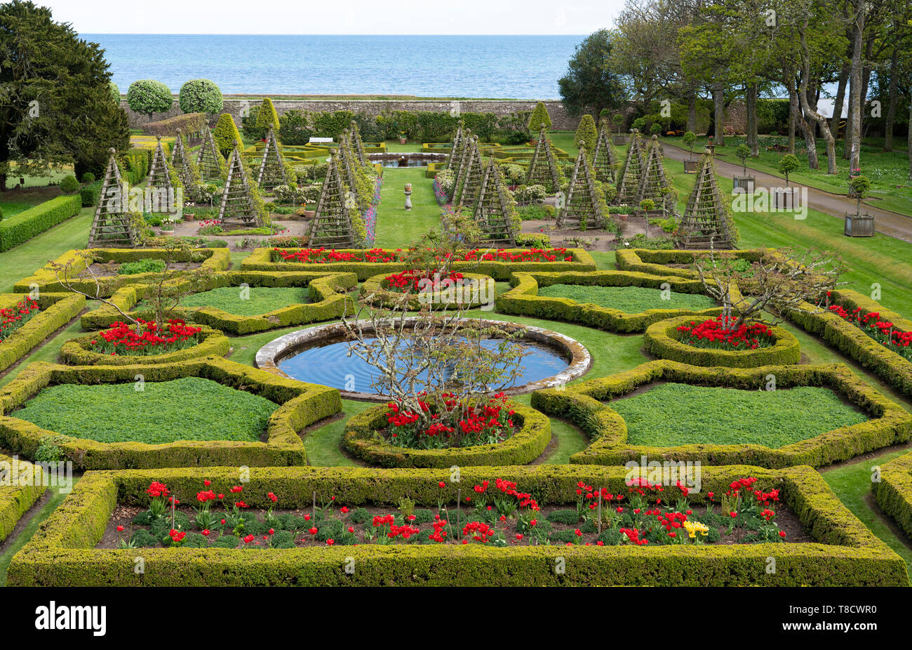Jardín de Dunrobin Castle, en la costa norte 500 pintoresca ruta de conducción en el norte de Escocia, Reino Unido Foto de stock