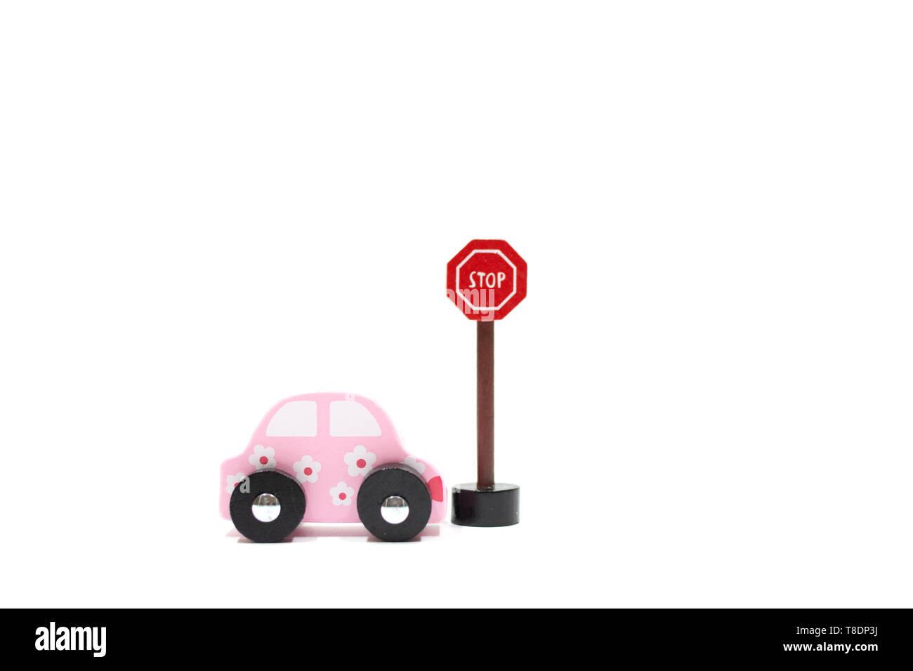Aprenda a conducir los coches y signos sobre fondo blanco.Obtenga la licencia de conducir. Propósito para verano. licencia de conductor las normas de circulación de tráfico. Foto de stock