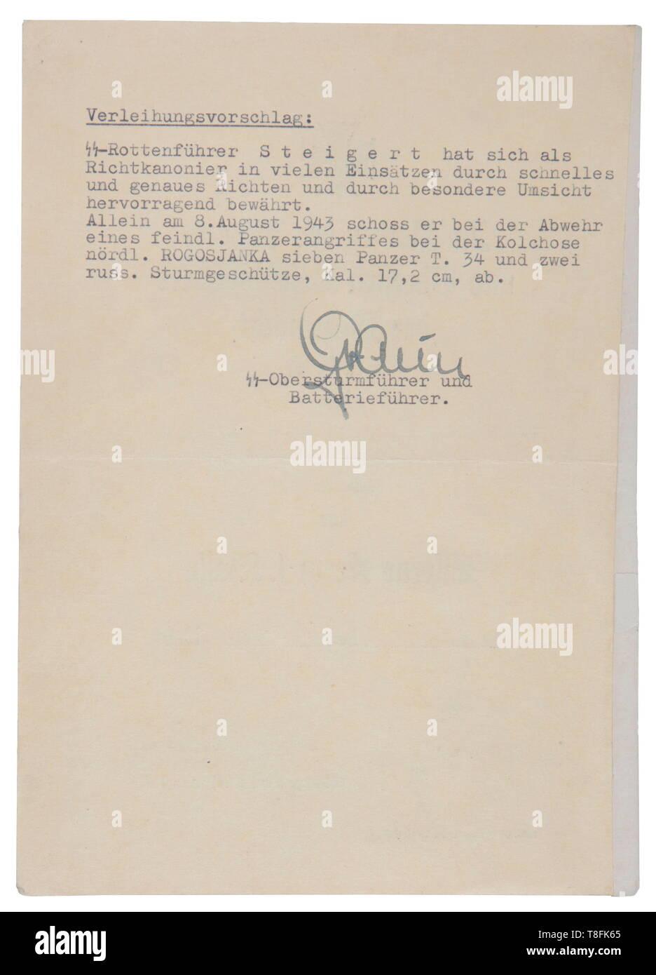 """Un fusil de asalto SS Heinrich Steigert agrupamiento de documentos, que consta de 5 diplomas y 3 fotos Cruz de Hierro de 1ª clase documento 'SS-Rottenführer Heinrich Steigert, - GEB 26.4.22-, 1./SS-Sturmgeschütz-Abteilung 'Das Reich', de fecha """"19.Aug.1943', firmada a mano por el Gruppenführer u. Generalleutnant de las Waffen-SS Walter Krüger, escrito en el reverso, la adjudicación propuesta afirmando que Steigert derribó 7 Russ del siglo XX, sólo Editorial-Use Foto de stock"""