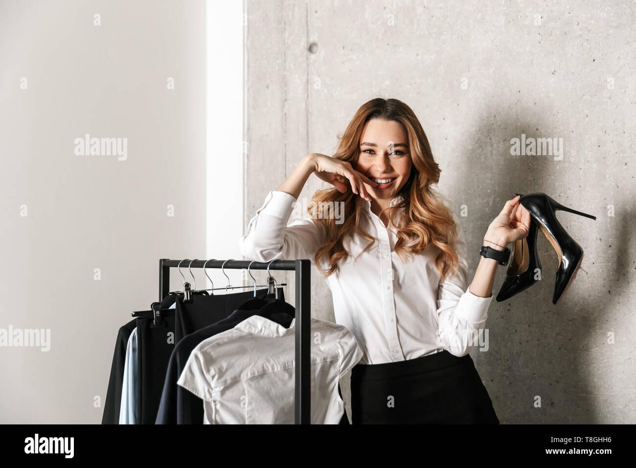 6696c24ba71e Foto de un bonito joven mujer de negocios vestida con ropa formal ...