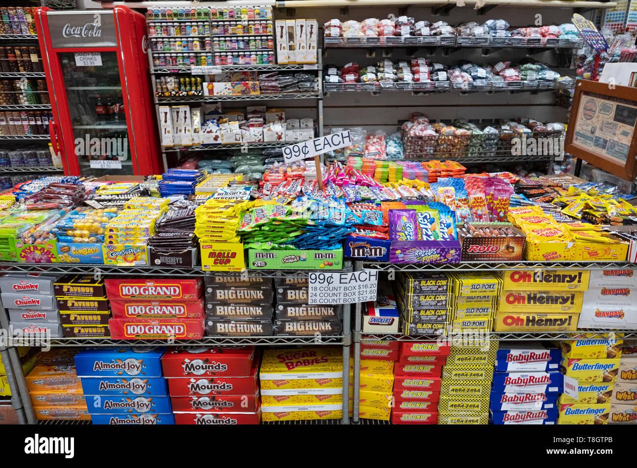 Una enorme variedad de dulces incluyendo nostálgico de marcas a la venta en la economía caramelo en Rivington Street en el Lower East Side de Manhattan, Ciudad de Nueva York Imagen De Stock