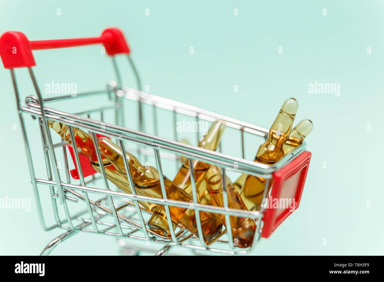 Los medicamentos en compras sobre fondo azul. Foto de stock
