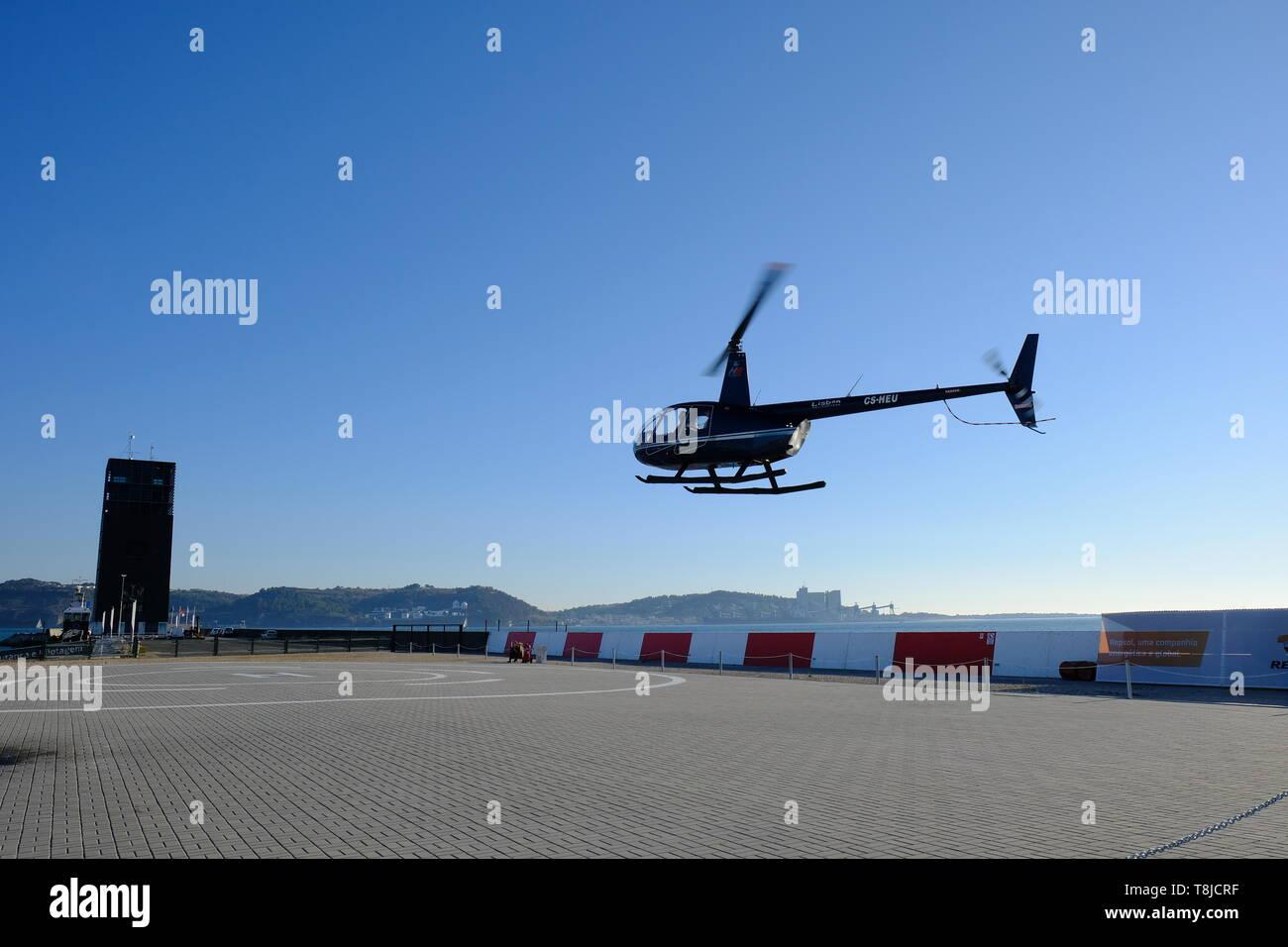 Helicóptero aterrizaba con el azul claro del cielo sin nubes en el fondo Imagen De Stock