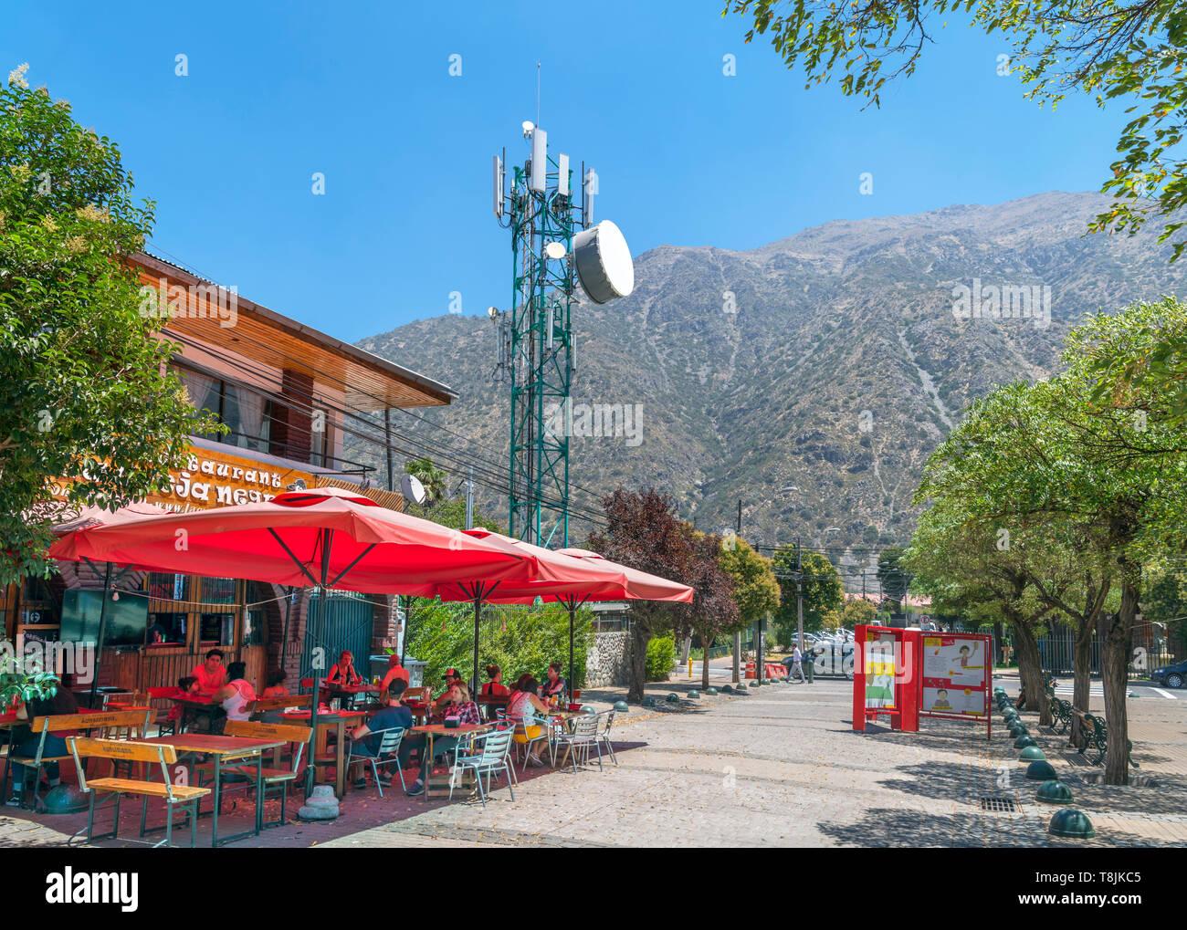 Restaurante junto a un teléfono móvil mástil en San José de Maipo, provincia de Cordillera, Chile, Sudamérica Imagen De Stock