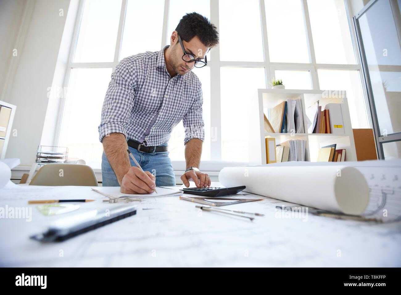 Ingeniero en Oriente Medio Dibujo de planos Foto de stock