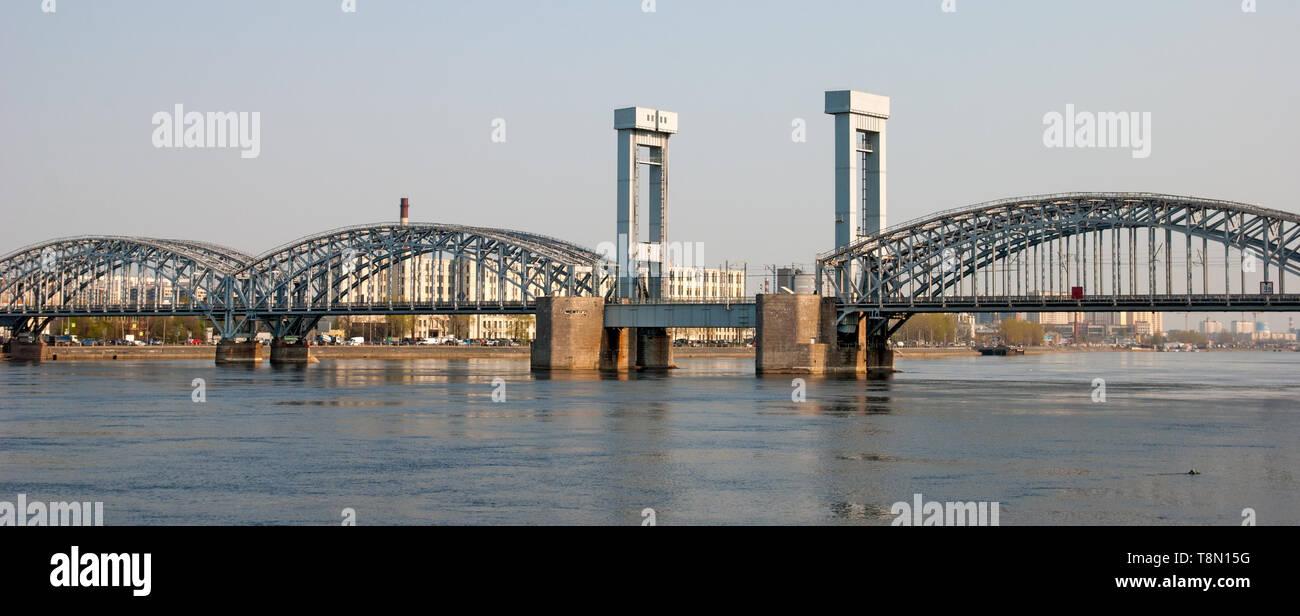 San Petersburgo, Rusia - Abril 26, 2019: Vista panorámica del río Neva y el puente de ferrocarril de Finlandia Foto de stock