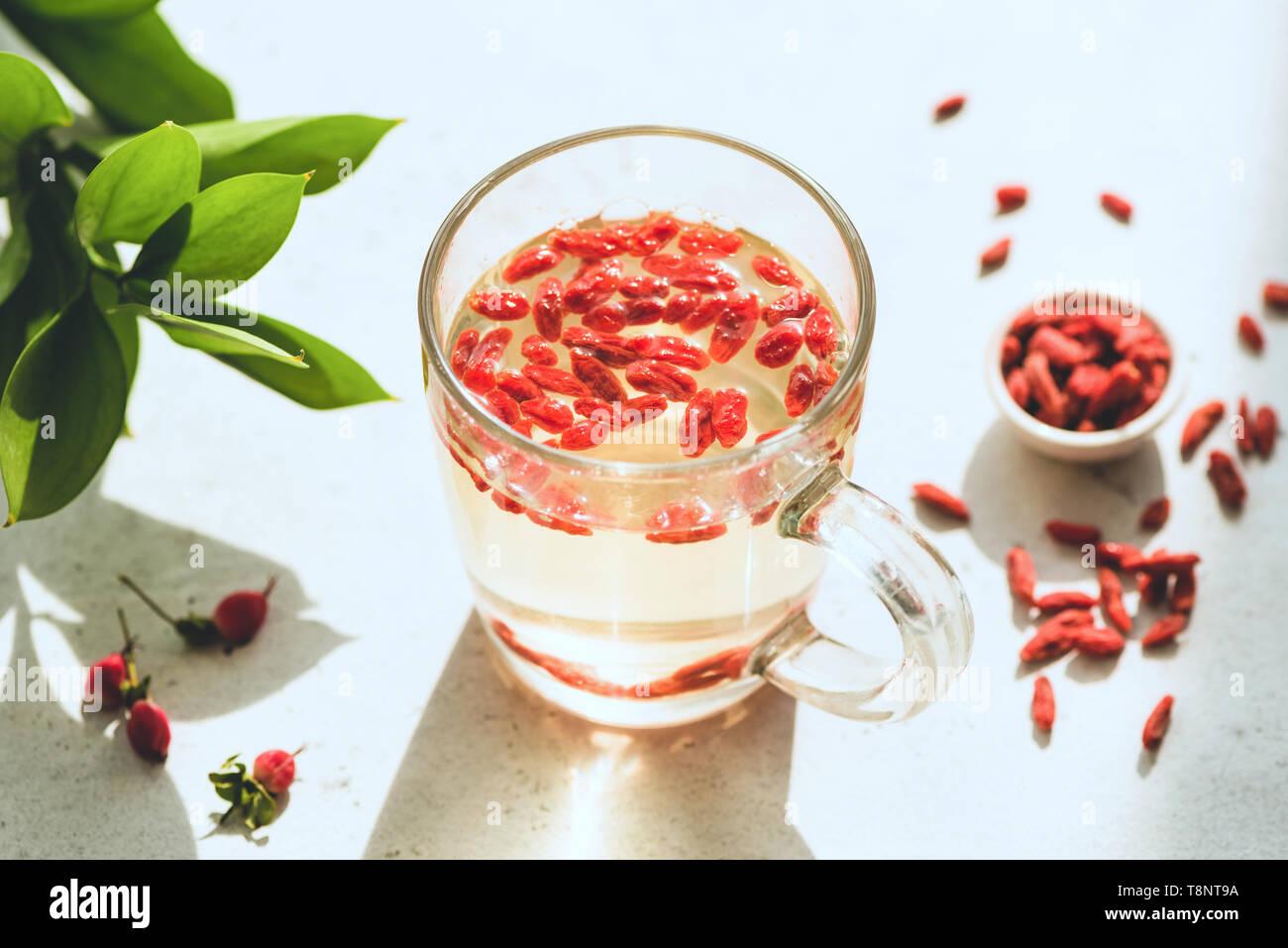 Goji berry infundida de té en un vaso. La pérdida de peso, adelgazamiento beber y concepto de salud Foto de stock