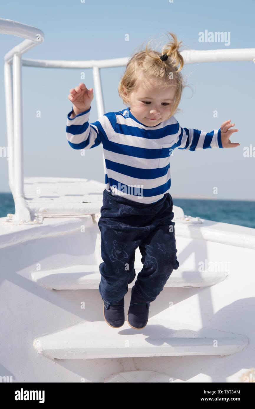 Hicieron juntos los recuerdos duran toda la vida. Baby Boy disfrutar mar vacaciones en un crucero. Niño marinero. Chico marinero viajar al mar. Chico marinero camisa a rayas mar yacht viajar alrededor de mundo. Mar pequeño viajero. Imagen De Stock